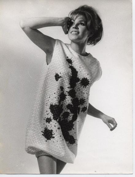 Letní šaty Balloon Trevenez, které je možné nosit na pláž přes plavky, 1963, bavlněná krajka s tištěným vzorem několika velkých inkoustových skvrn fabric