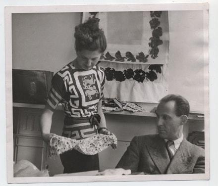 Lída se Zikou v kanceláři ve Wigmore Street nad návrhy látek, 1946