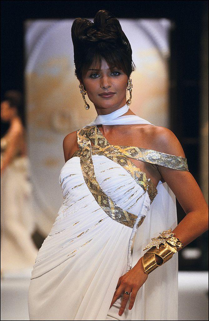 Helena Christensen na přehlídce Dior Haute Couture jaro - léto 1993         Autor: Getty Images