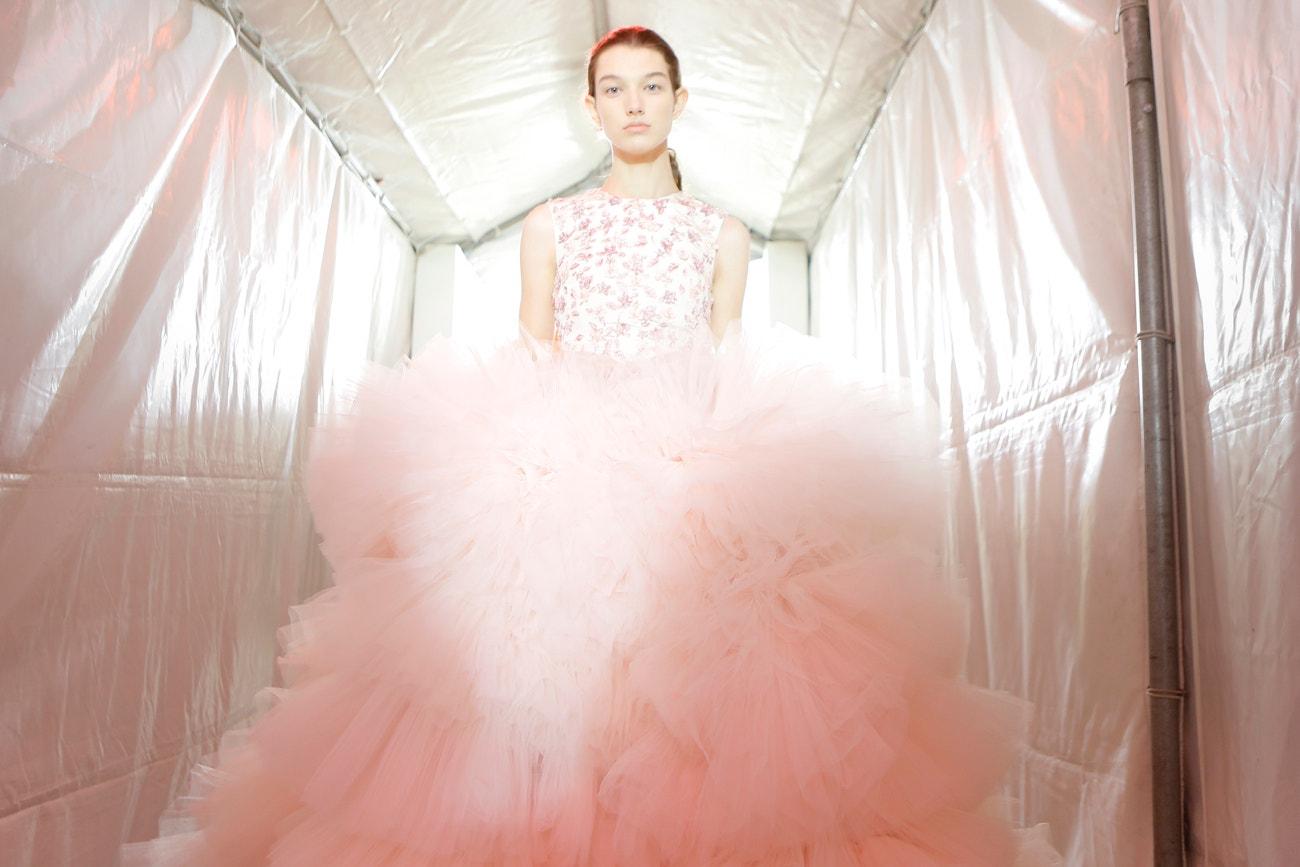 Mckenna Hellam v zákulisí přehlídky Giambattista Valli Haute Couture