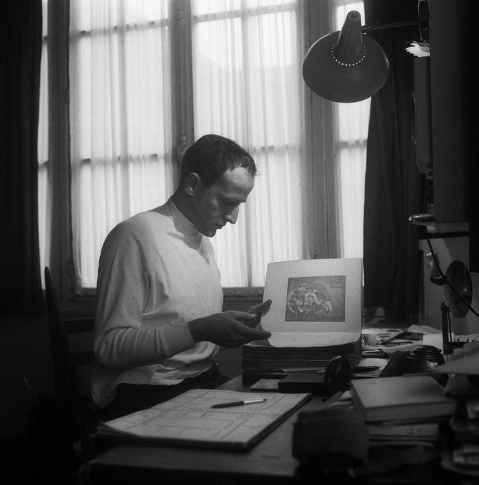 Boris Vian ve svém bytě v pařížské čtvrti Montmartre, 1957