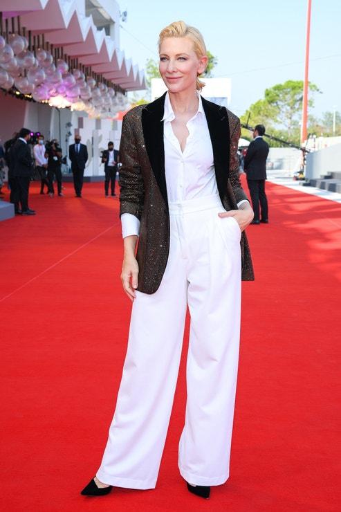 Cate Blanchett v obleku Armani na filmovém festivalu v Benátkách, září 2020