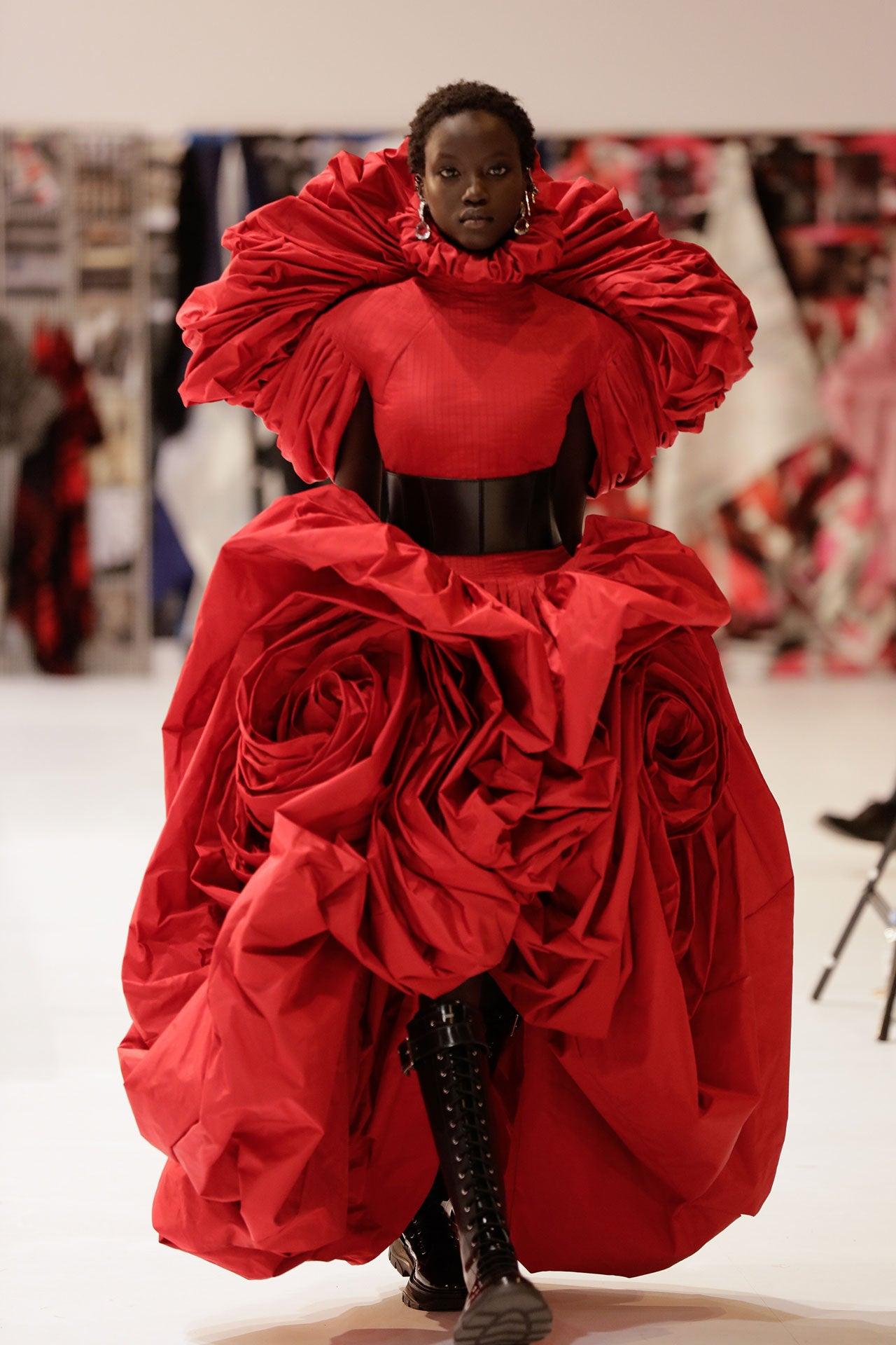 Modelka Anok Yai předvádí Rose Dress z kolekce Alexander McQueen podzim 2019. Autor: Bernhard Deckert/Courtesy of Alexander McQueen