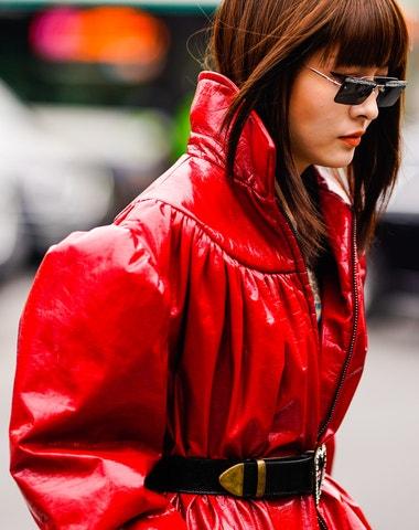 37 způsobů, jak nosit červené kabáty, svetry a bundy