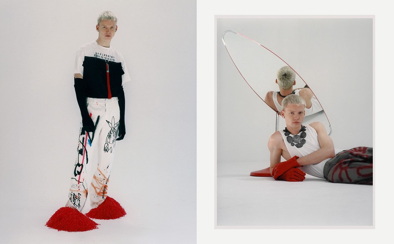 Vlevo: triko, Maison Margiela; kalhoty, Off-White; náhrdelník, Orska; rukavice, Vintage.  Vpravo: top, Helmut Lang; kalhoty, Robert Kuta; perlový náhrdelník, MISBHV; náhrdelník, Orska.