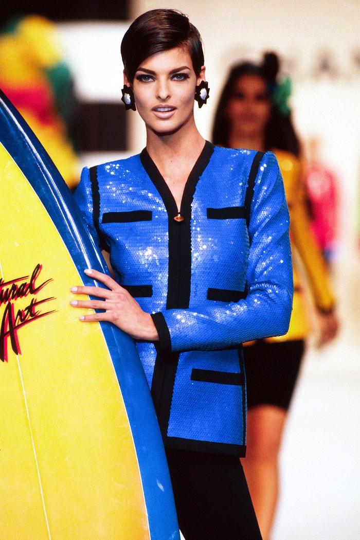 Linda Evangelista na pařížském fashion weeku v roce 1990 předvádí Chanel kolekci SS90/91 Autor: Victor VIRGILE/Gamma-Rapho via Getty Images