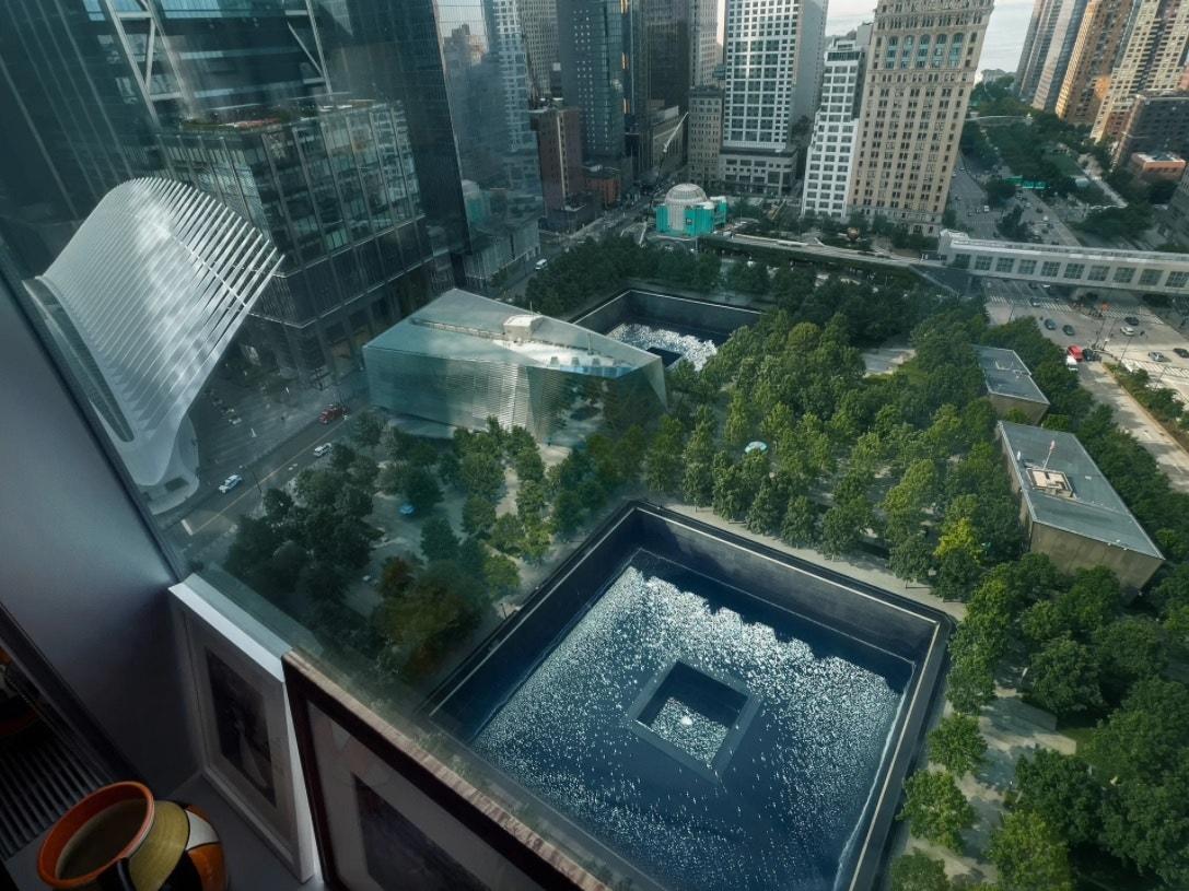 Výhled na Národní památník a muzeum 11. září z 25. patra budovy One World Trade Center, kde sídlí americká edice Vogue.
