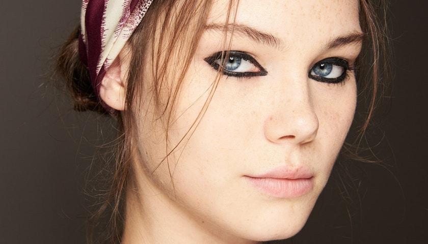 Černě orámované oči jsou hlavním trendem této sezony