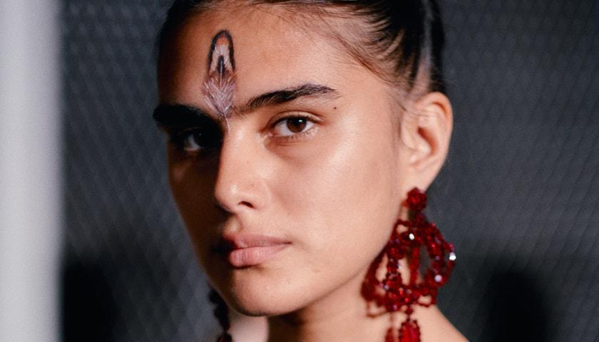 Nahý beauty look z přehlídky Simone Rocha