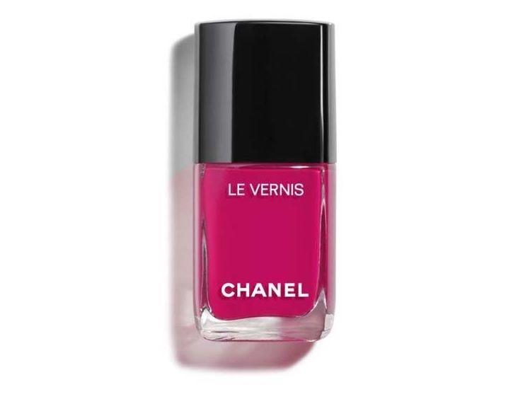 Lak na nehty Le Vernis v odstínu 506 Camélia, CHANEL, prodává Douglas, 830 Kč