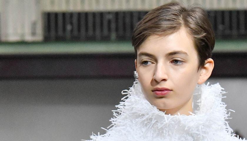 Neortodoxní vlasy: Trendy sestřih podle minisérie na Netflixu