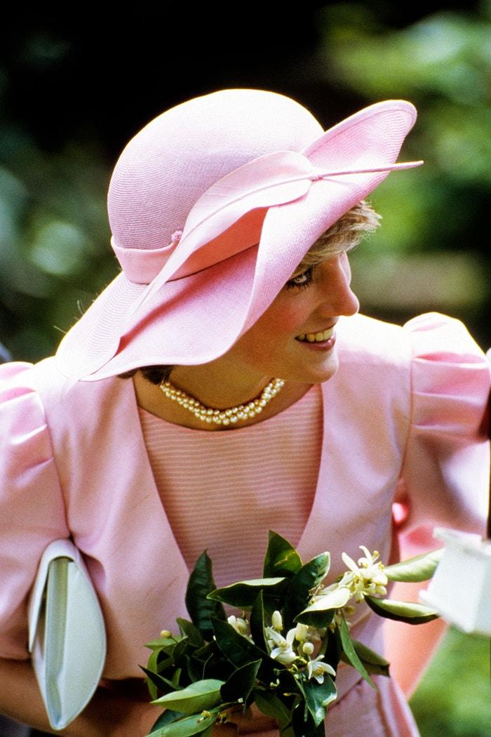 Dvouřadý náhrdelník z perel. Diana je možná známá pro svoji humanitární práci a dokonalý vkus, měla však také talent k nošení šperků. Čerpala z rozsáhlé kolekce – zahrnující diamantové soupravy, které dostala darem, diadémy zapůjčené od královny a archivní kusy pocházející z dědictví rodiny Spencerových – a některé svoje poklady často nosila na vlastní způsob. Použila například smaragdový choker královny Marie ve stylu Art Deco jako čelenku, o rok později svůj stylistický trik zopakovala, když si jako čelenku vzala sametový choker se safírem, který jí daroval saúdskoarabský korunní princ.