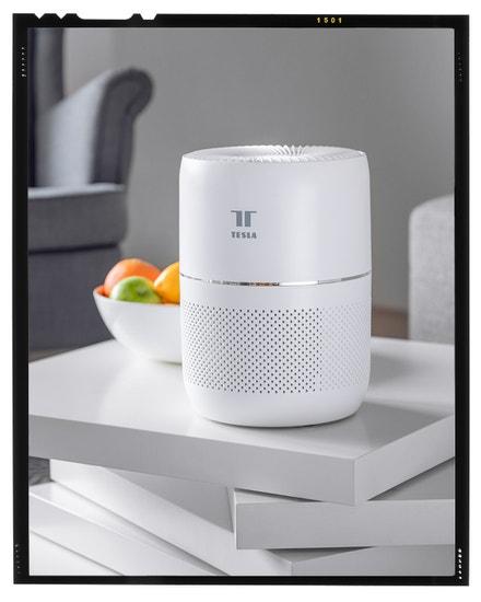 Chytrá čistička Tesla Smart Air Purifier Mini vyčistí a osvěží vzduch v menších místnostech do velikosti 14 m². Zachytí prach či pyl, postará se o nepříjemné pachy a zlikviduje i viry a bakterie. Tesla Smart, více na www.teslasmart.com