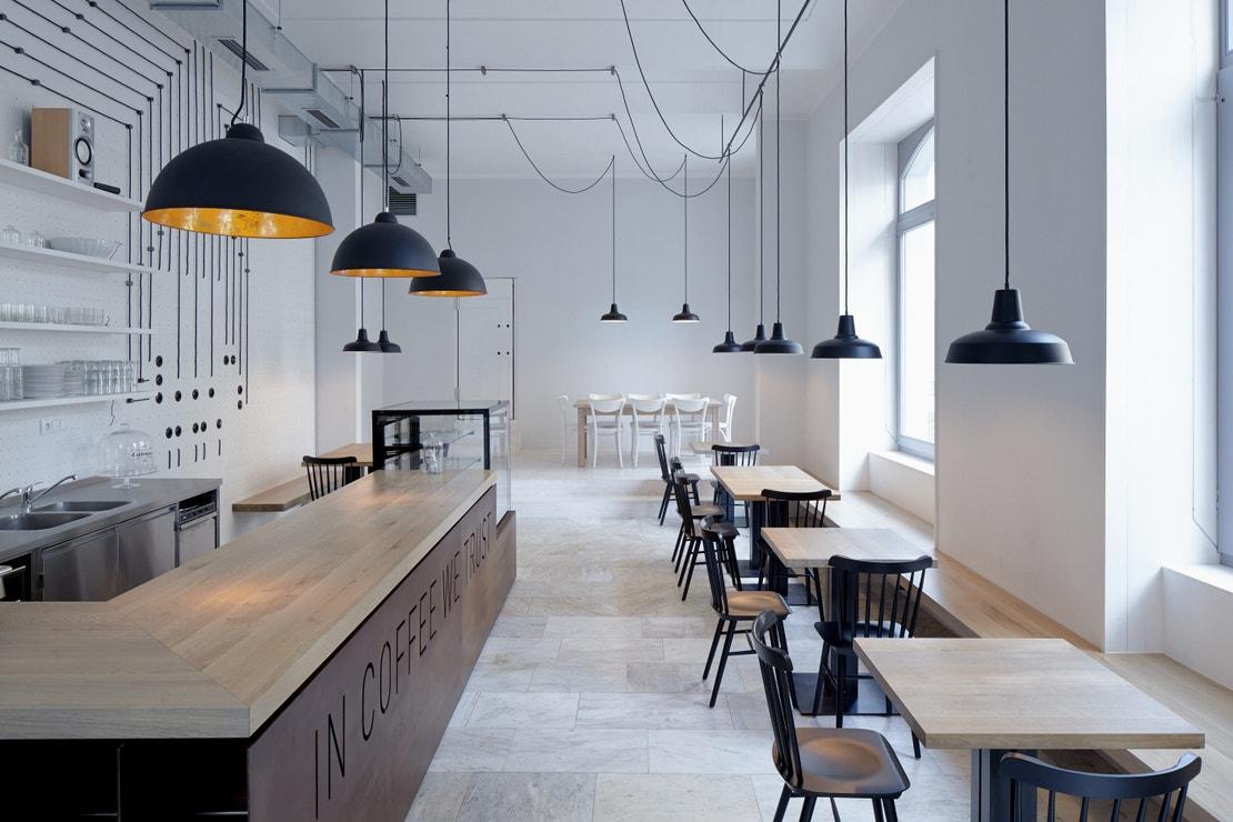 Bistro Proti proudu (Březinova 22, Praha 8): Zase to světlo! A také jedno z nejlepších snídaňových menu v Praze. V karlínském ráji minimalismu vás nic rozptylovat nebude.