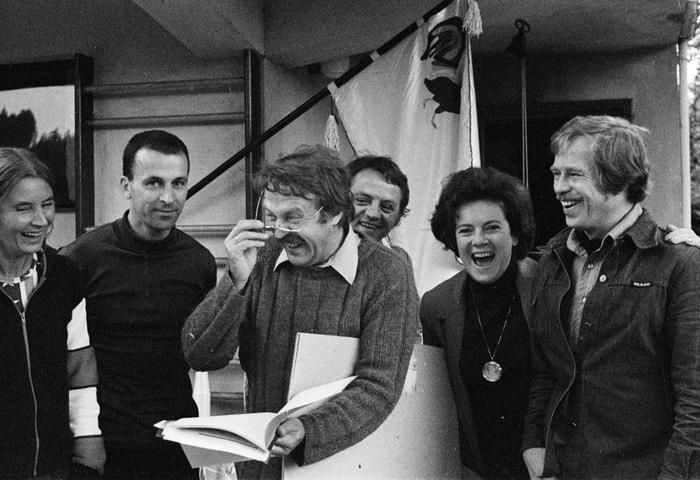 Jelena Mašínová, Jiří Tykal, Pavel Kohout, Stanislav Milota, Vlasta Chramostová a Václav Havel, 1977 Autor: Profimedia