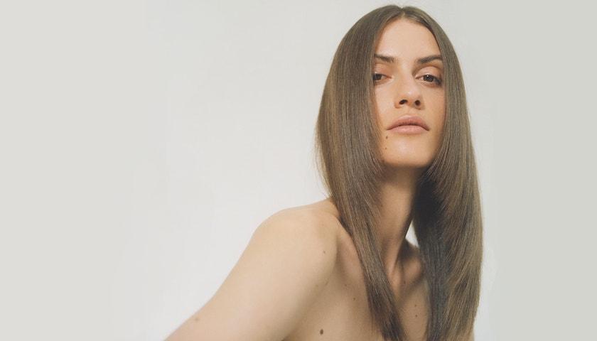 Vogue Lab: Jak si žehličkou udělat vlny a dokonale hladké vlasy