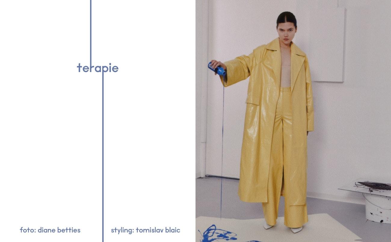 Kabát, kalhoty, obojí Remain Birger Christensen; boty, Miu Miu.
