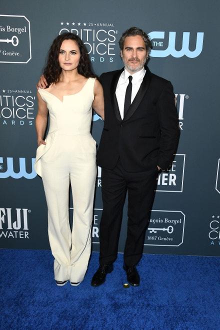 Rain Phoenix a Joaquin Phoenix v obleku Stella McCarrtney na Critics' Choice Awards, 2020