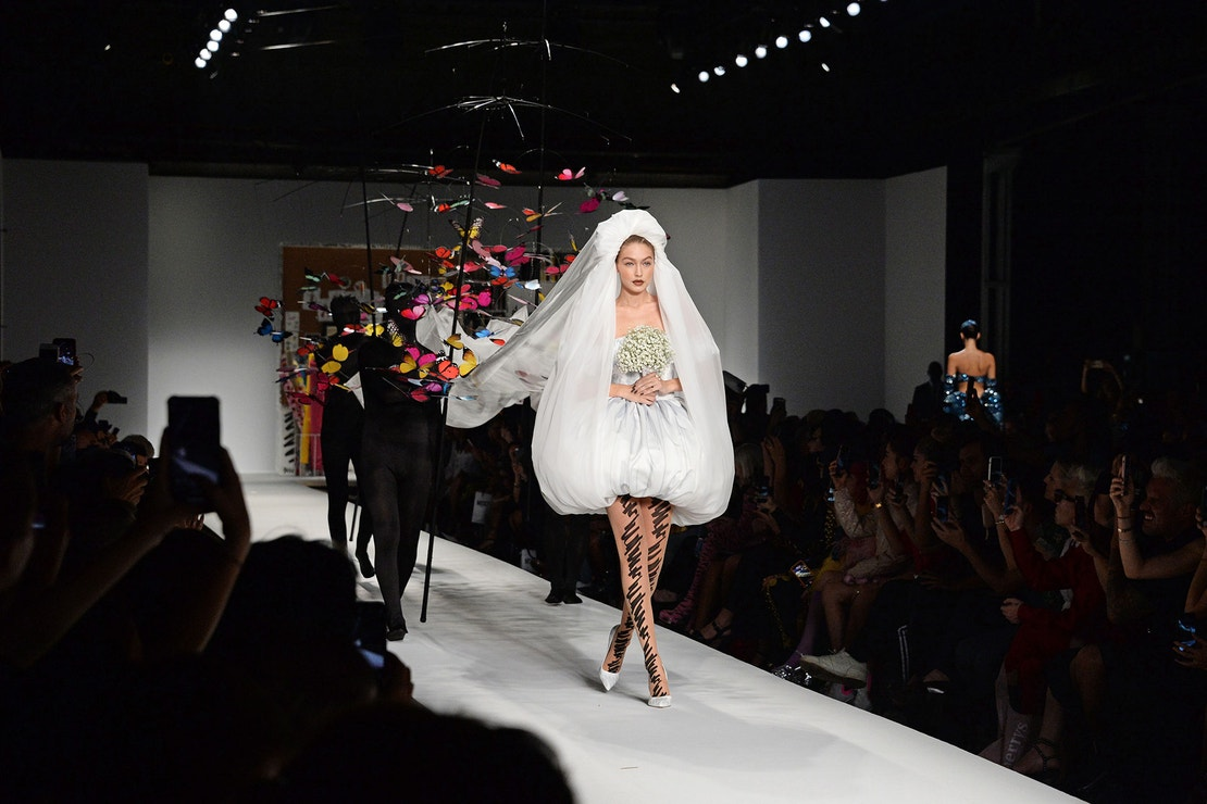 Gigi Hadid na přehlídce Moschino, Milan Fashion Week Spring/Summer 2019