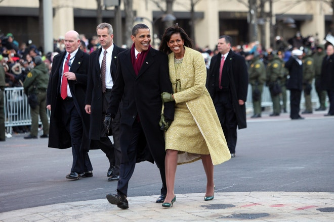 Michelle Obama ve žlutém kabátu Isabel Toledo, 2009