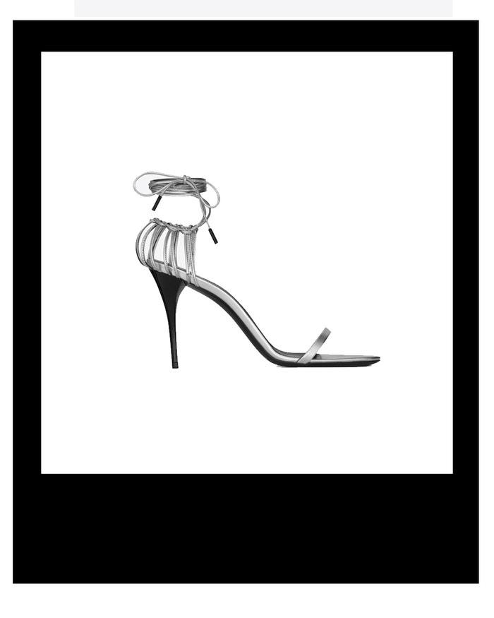 Stříbrné sandálky s vázáním kolem kotníku, Saint Laurent, prodává Saint Laurent, € 645 Autor: Archiv firmy