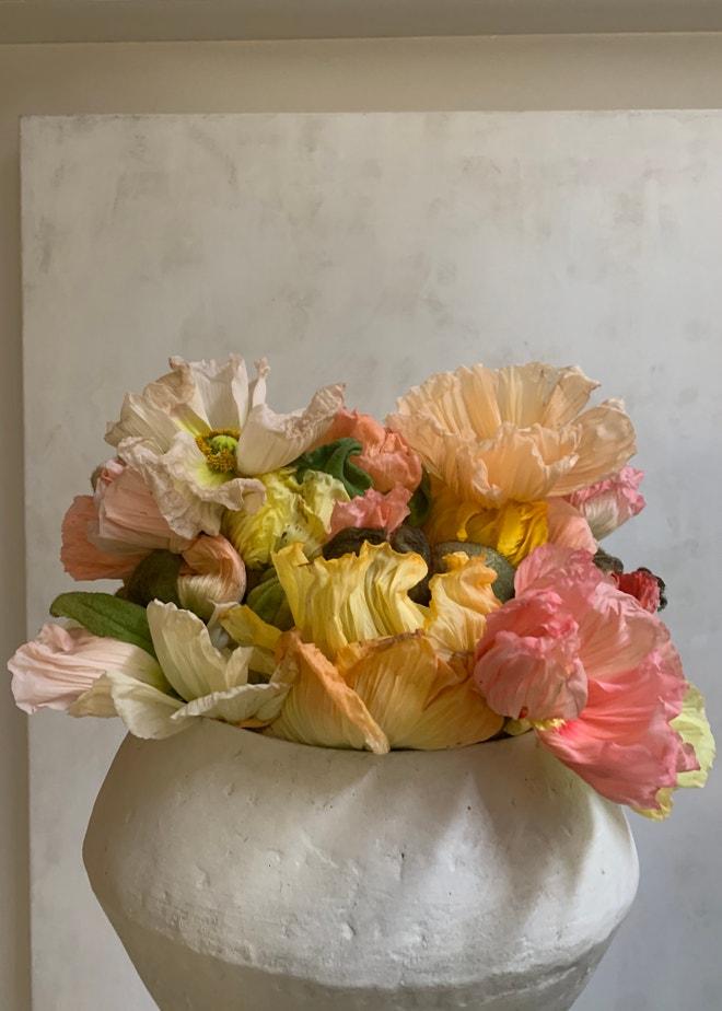 Islandské máky naaranžované Louisem-Géraudem Castorem do vázy od Mathilde Martin