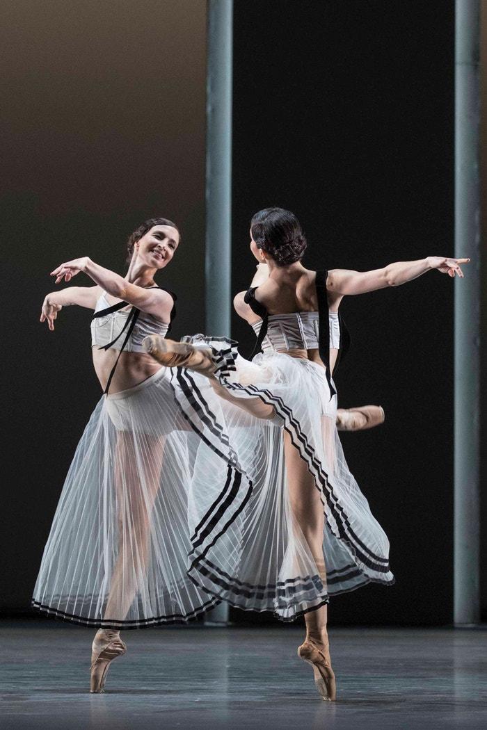 Kostýmy od Erdem pro The Royal Ballet a produkci Corybantic Games Christophera Wheeldona.  Módní návrhář Erdem Moralıoğlu vytvořil 24 kostýmů pro nový balet podle Serenády Leonarda Bernsteina s inspirací starořeckými motivy. Výsledkem je série éterických, průsvitných sukní a trikotů v barvě šampaňského, kterým kontrastuje provedení mašlí.