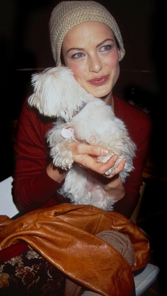 Carolyn Murphy v zákulisí přehlídky Toda Oldhama, 1996        Autor: Rose Hartman/Getty Images