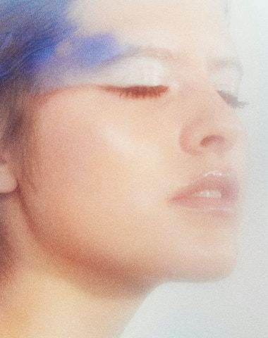 S hlavou v oblacích a očima pod hladinou. Letní make-up trend pro kreativce i klasiky