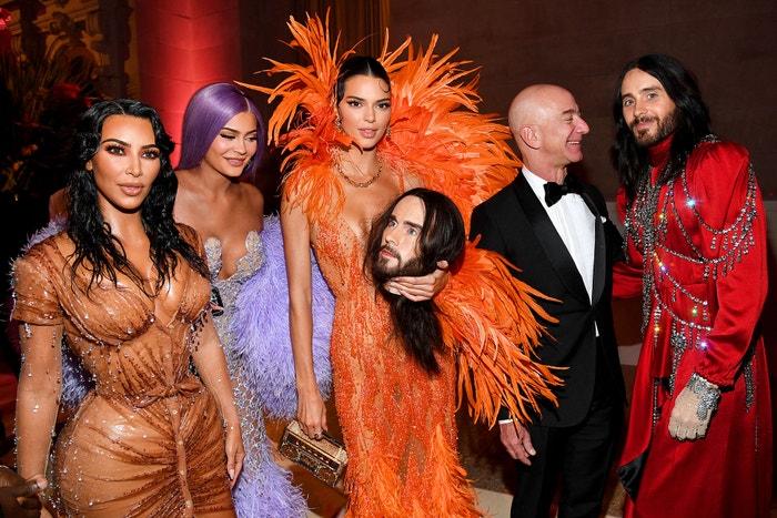 Kim Kardashian West, Kylie Jenner, Kendall Jenner, Jeff Bezos a Jared Leto na Met Gala 2019, téma Camp: Notes on Fashion, Metropolitní muzeum v new Yorku, květen 2019 Autor: Kevin Mazur/MG19/Getty Images for The Met Museum/Vogue