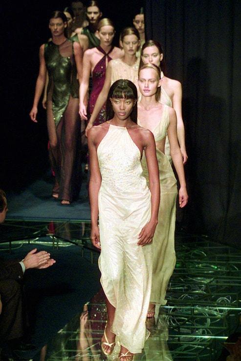 Naomi Campbell na první přehlídce Donatelly Versace po tragické smrti Giannino v roce 1997