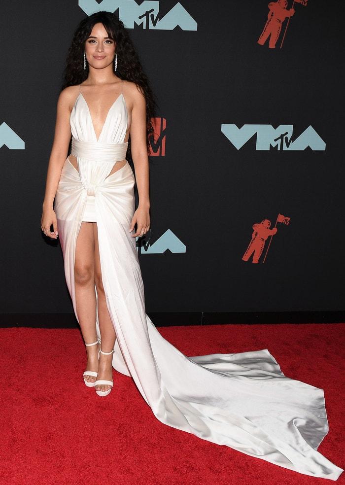 Camila Cabello v šatech od Balmain Autor: Getty Images