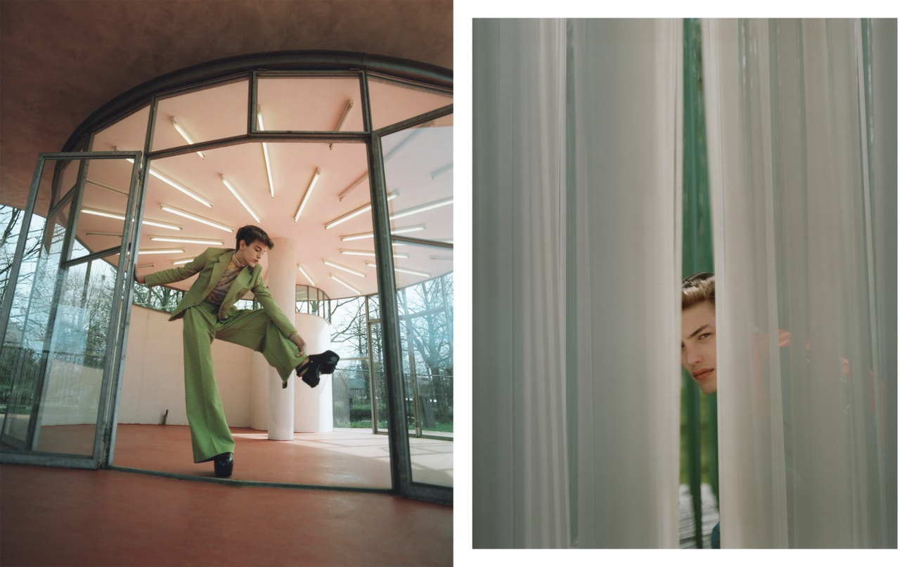 Vlevo: sako, kalhoty, boty, vše Walter Van Beirendonck; rolák, Prada.  Vpravo: košile, vesta, obojí Louis Vuitton.