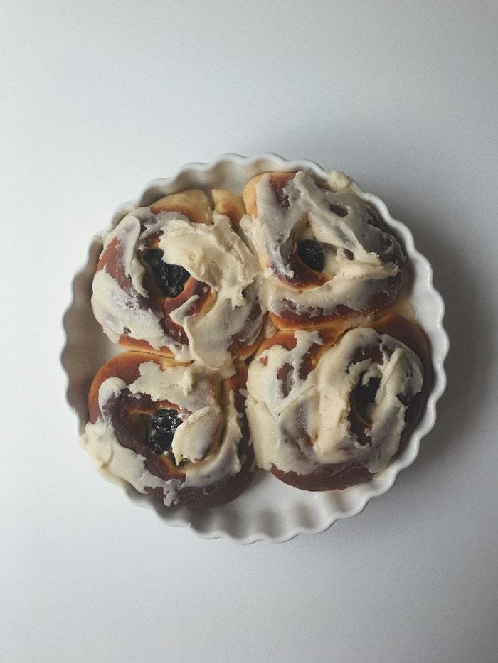 Brioškoví šneci s vanilkovým krémem a sušenými švestkami