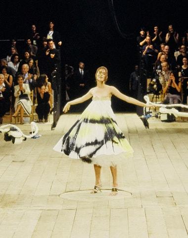 Nejikoničtější momenty Alexandera McQueena z přehlídkových mol