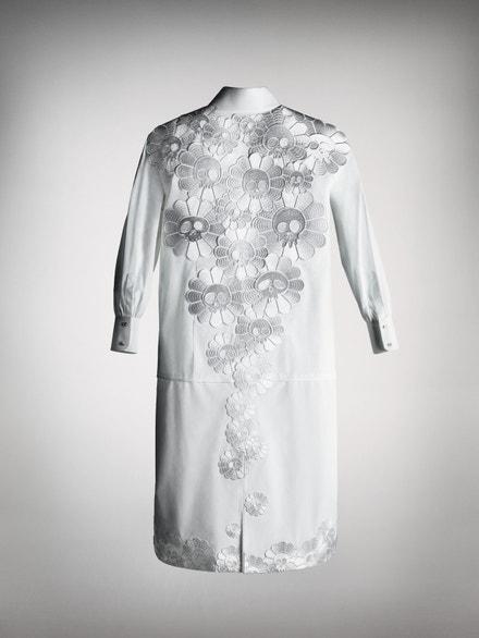 Košile, kterou vytvořil Takashi Murakami, zezadu