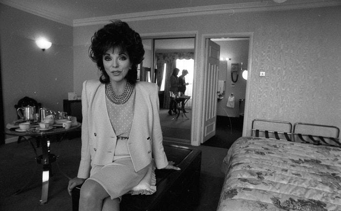 Joan Collins v dublinském hotelu Berkeley Court, 1989