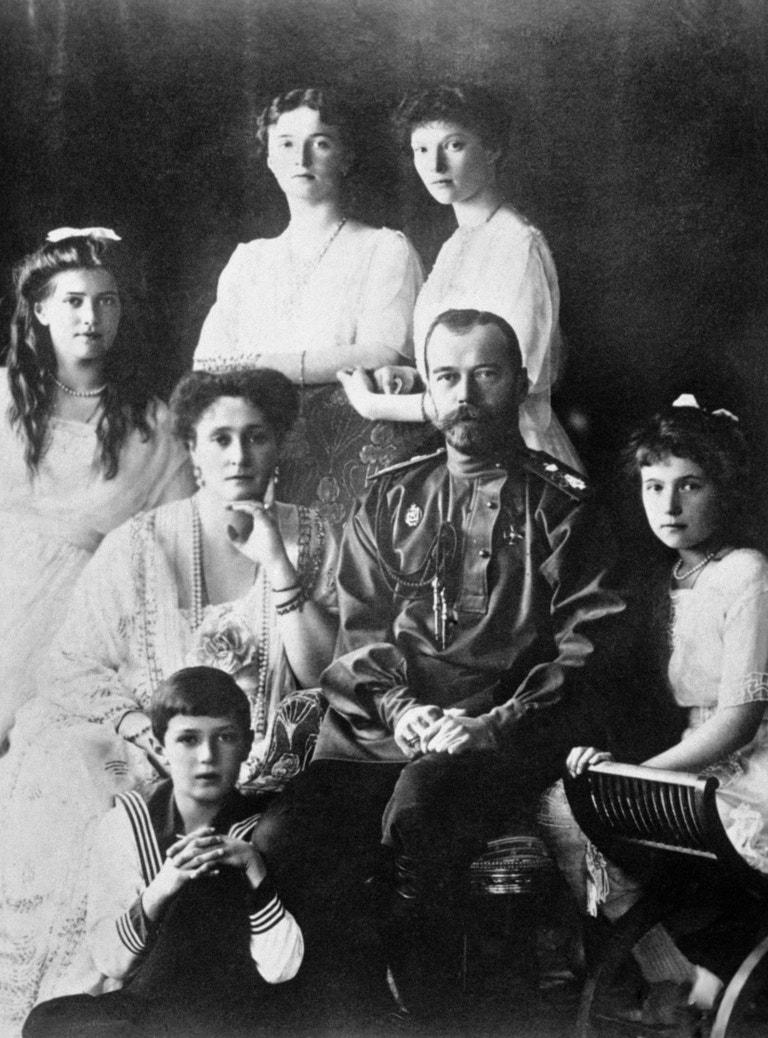 Car Mikuláš II. se svou ženou Alexandrou Fjodorovnou a dcerami Marií, Olgou, Taťánou, Anastázií a synem Alexejem okolo roku 1914