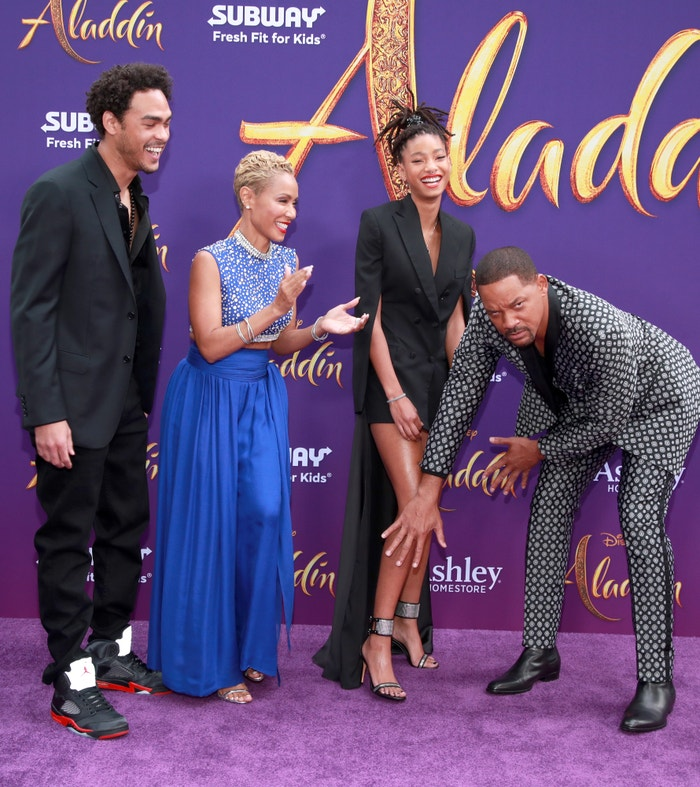 Will Smith s rodinou na premiéře filmu Aladin. Jak je vidět, nekonečně dlouhé nohy své dcery Willow (16), která je zpěvačkou a herečkou, by si nejraději přál zakrýt. Autor: Getty Images