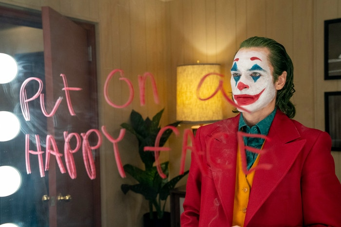 Joker (2019): Navzdory kontroverzi, která se kolem Jokera rozvířila, na filmovém festivalu v Benátkách získal Zlatého lva. Nová verze původního příběhu podle Todda Phillipse po celém světě utržila přes 900 milionů dolarů. I pokud nezíská nominaci na nejlepší snímek, Joaquin Phoenix je za svůj vroucí a děsivý výkon žhavým kandidátem na ocenění v kategorii Nejlepší herec. Autor: Joker, Warner Bros