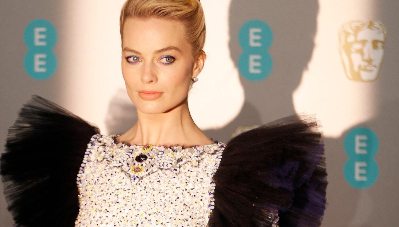 BAFTA 2019: Vévodkyně z Cambridge a Rami Malek v bílé, Margot Robbie v haute couture