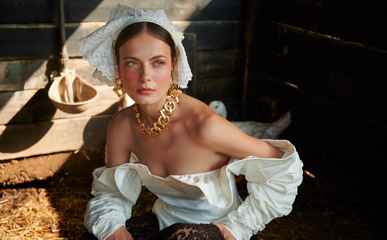 Korzet, ESTELA TORROGLOSA; sukně, KENZO; náhrdelník a náušnice, SAINT LAURENT; pokrývka hlavy, LAS PEPITAS