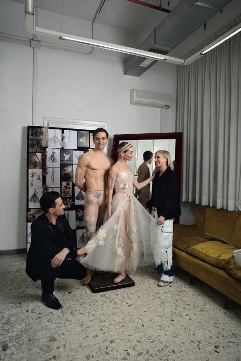Maria Grazia Chiuri s Eleonorou Abbagnato a Friedemannem Vogelem na kostýmní zkoušce