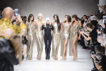 Donatella Versace a modelky Carla Bruni-Sarkozy, Claudia Schiffer, Naomi Campbell, Cindy Crawford a Helena Christensen na přehlídce Versace jaro - léto 2018 v Miláne