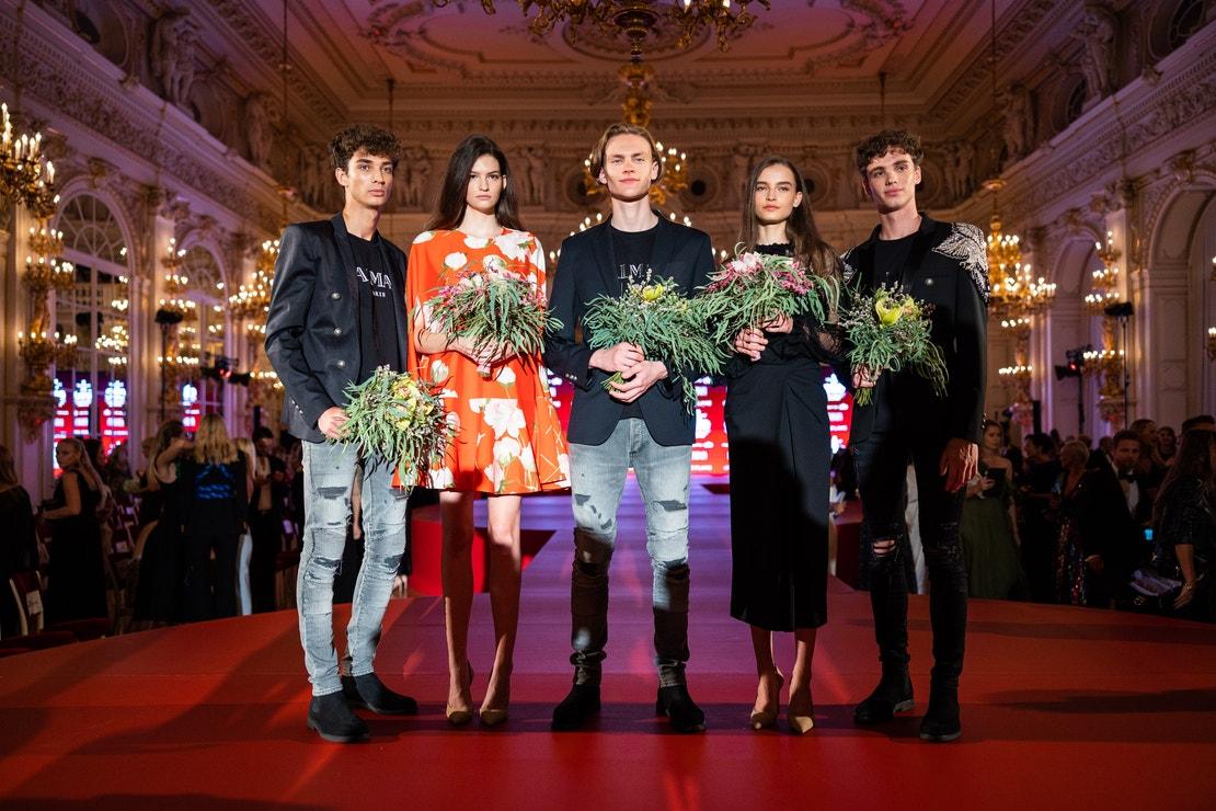Vítězové Elite Model Look za Slovensko Patrik Vališ a Lenka Saturyová, za Ukrajinu Alexey Kabasi a za Česko Amélie Konšelová a Alex Hanus