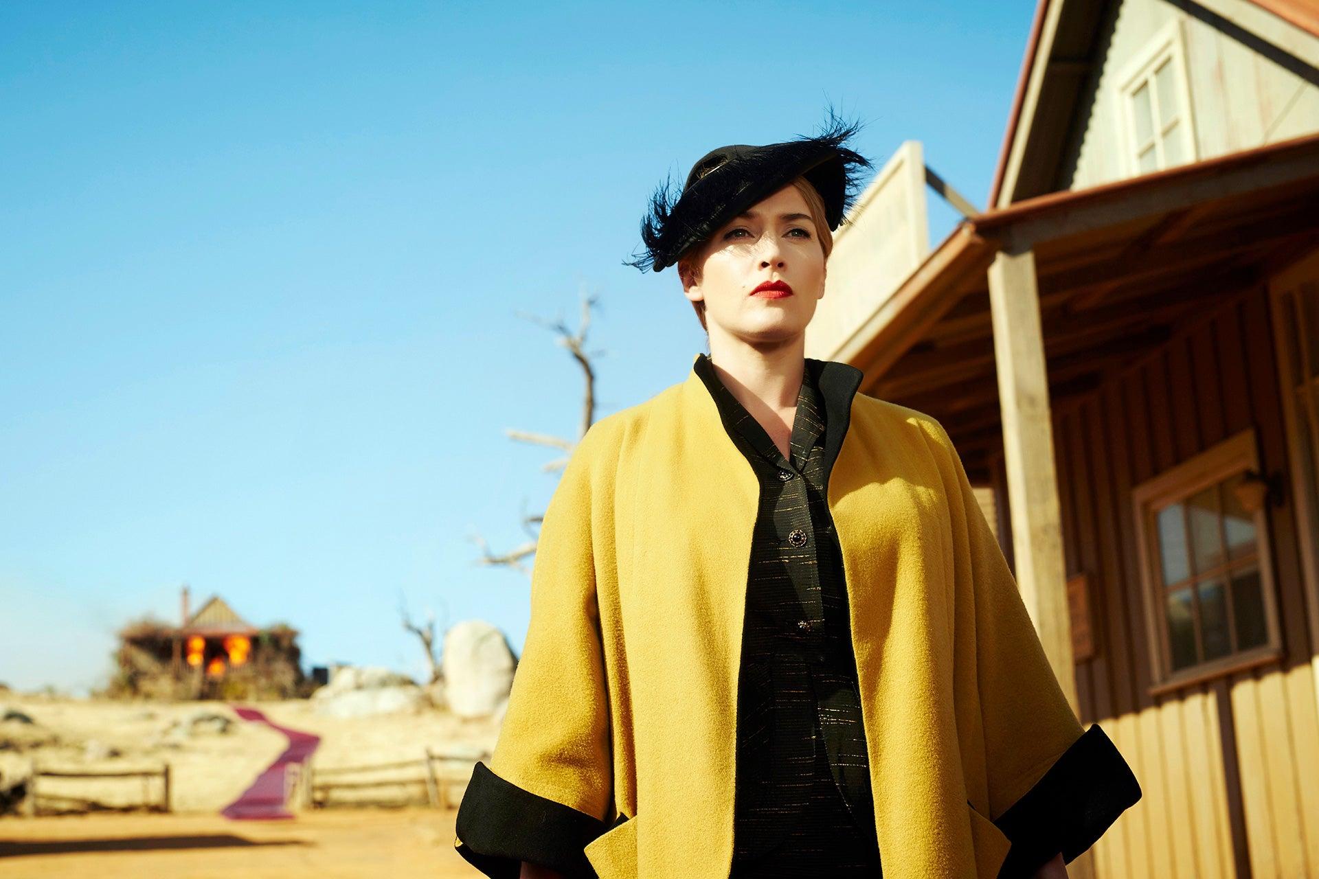 Švadlena (The Dressmaker/2015): V australském filmu Jocelyn Moorhouse z roku 2015 hraje úžasná Kate Winslet roli švadleny Tilly, která se poté, co žila a získala zkušenosti v Evropě, vrací do malého rodného města v Austrálii. Tilliny motivy však nejsou zcela nevinné, vede ji vzpomínka na sousedy, kteří zničili její dětství. Film, kde nechybí decentní dávka humoru, je obrazem společnosti plné pomluv a skryté zášti. Tip Vogue CS: Film vznikl na motivy stejnojmenné knihy, která určitě stojí za přečtení. Zatímco ve filmu vynikají nádherné róby, kniha detailně vykresluje pohnutky všech postav. Bude se vám tajit dech. Autor: TCD/Prod.DB/Alamy Stock Photo