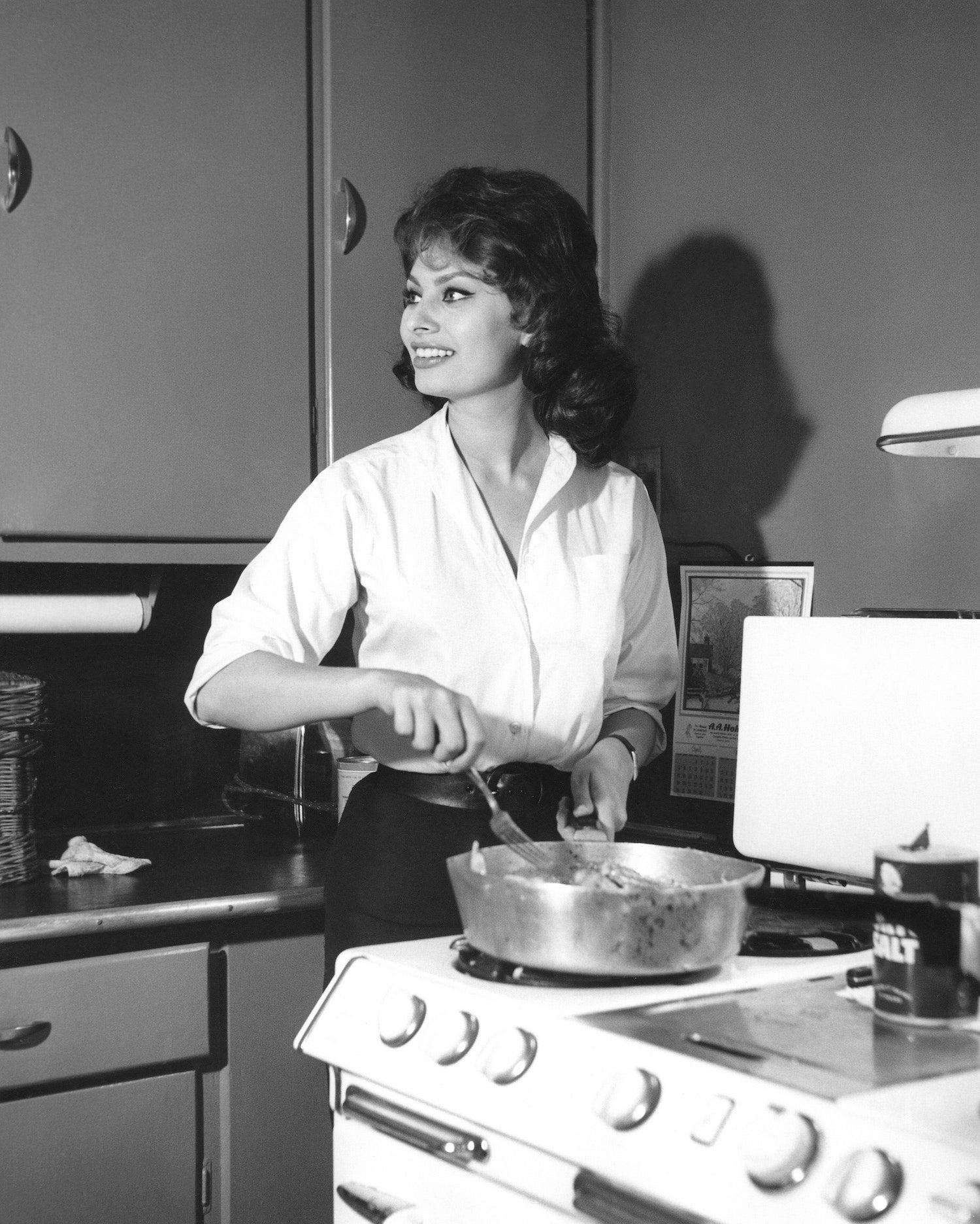 Sophia Loren v kuchyni svého římského bytu, 1960        Autor: API/Gamma-Rapho via Getty Images
