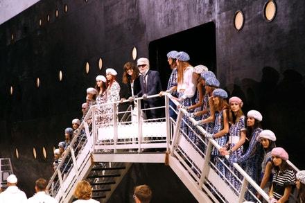 Virginie Viard a Karl Lagerfeld na přehlídce Chanel Cruise 2018/2019 v pařížském Grand Palais, květen 2018