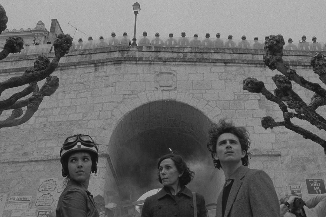Lyna Khoudri, Frances McDormand a Timothée Chalamet ve filmu The French Dispatch