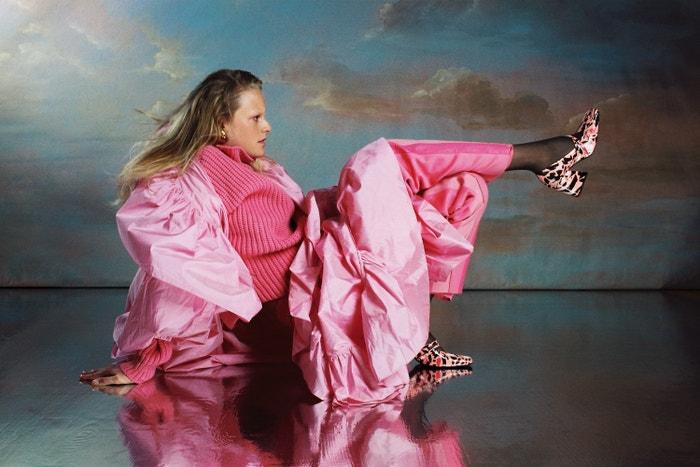 Hanne Gaby ve svetru a kalhotách Boss, kabátu Yanina Couture, botách Drome, ponážkách Calzedonia a s náušnicí Gucci. Celou story najdete v listopadové Vogue, která je právě na stáncích.